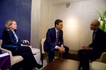 El presidente del Gobierno, Pedro Sánchez, reunido en Davos con el CEO de Microsoft.