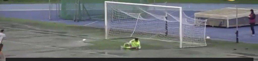 Il #calciodirigore fermato dalla pozzanghera sulla linea di porta: l'attaccante arriva prima del portiere e segna: gol valido? https://momentidicalcio.com/2019/01/23/il-calcio-di-rigore-fermato-dalla-pozzanghera-sulla-linea-di-porta-lattaccante-arriva-prima-del-portiere-e-segna-gol-valido/…pic.twitter.com/pF6OH26kZM