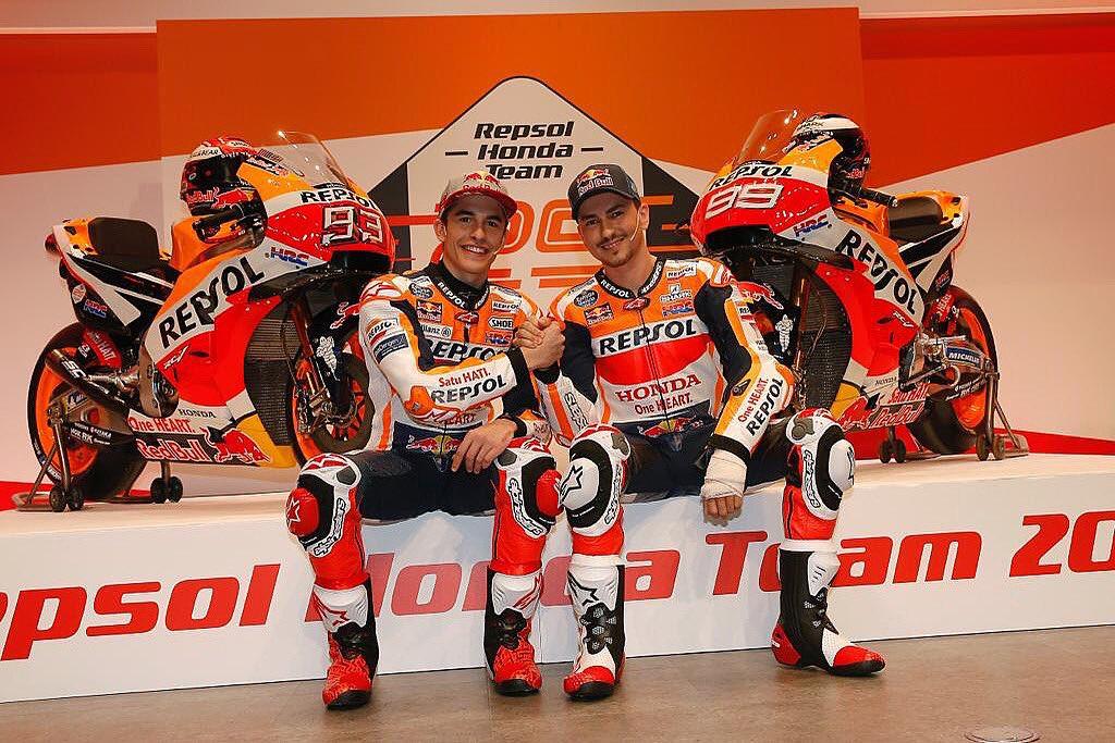 Marc Marquez dan Jorge Lorenzo berpose dengan motor baru yang akan mereka gunakan pada musim 2019.