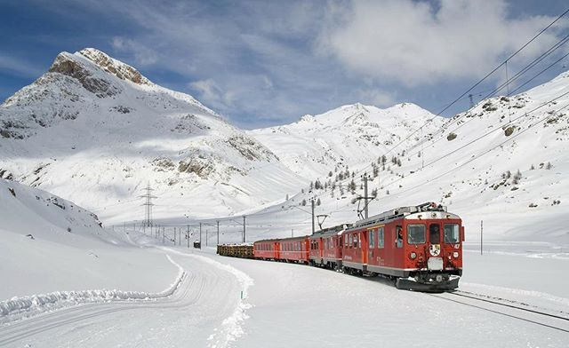 🇨🇭 the Bernina Express - Grand Train Tour of Switzerland 💙 . . follow us: earth_trippers . #railwayphotography #berninaexpress #bernina #switzerland #winter #train #electriclocomotive #mountainrailway #snowing #switzerland_vacations #switzerland🇨🇭