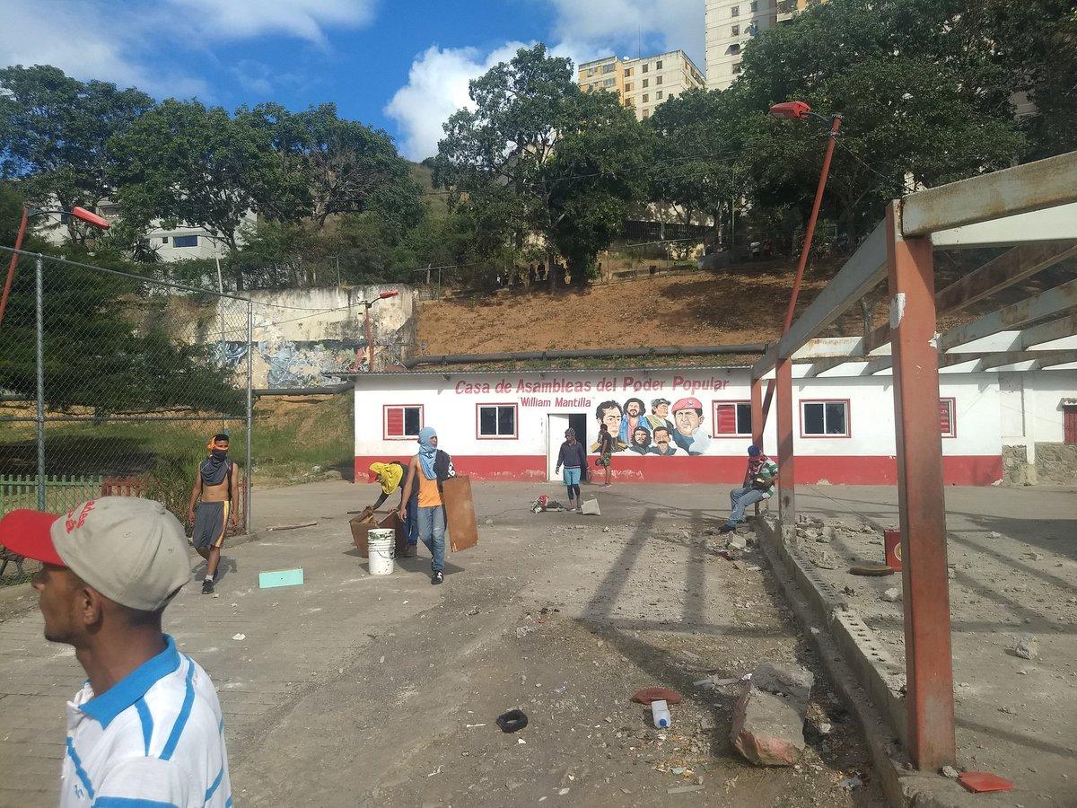 Destrozan Casa del PSUV en #LaVega #23Ene