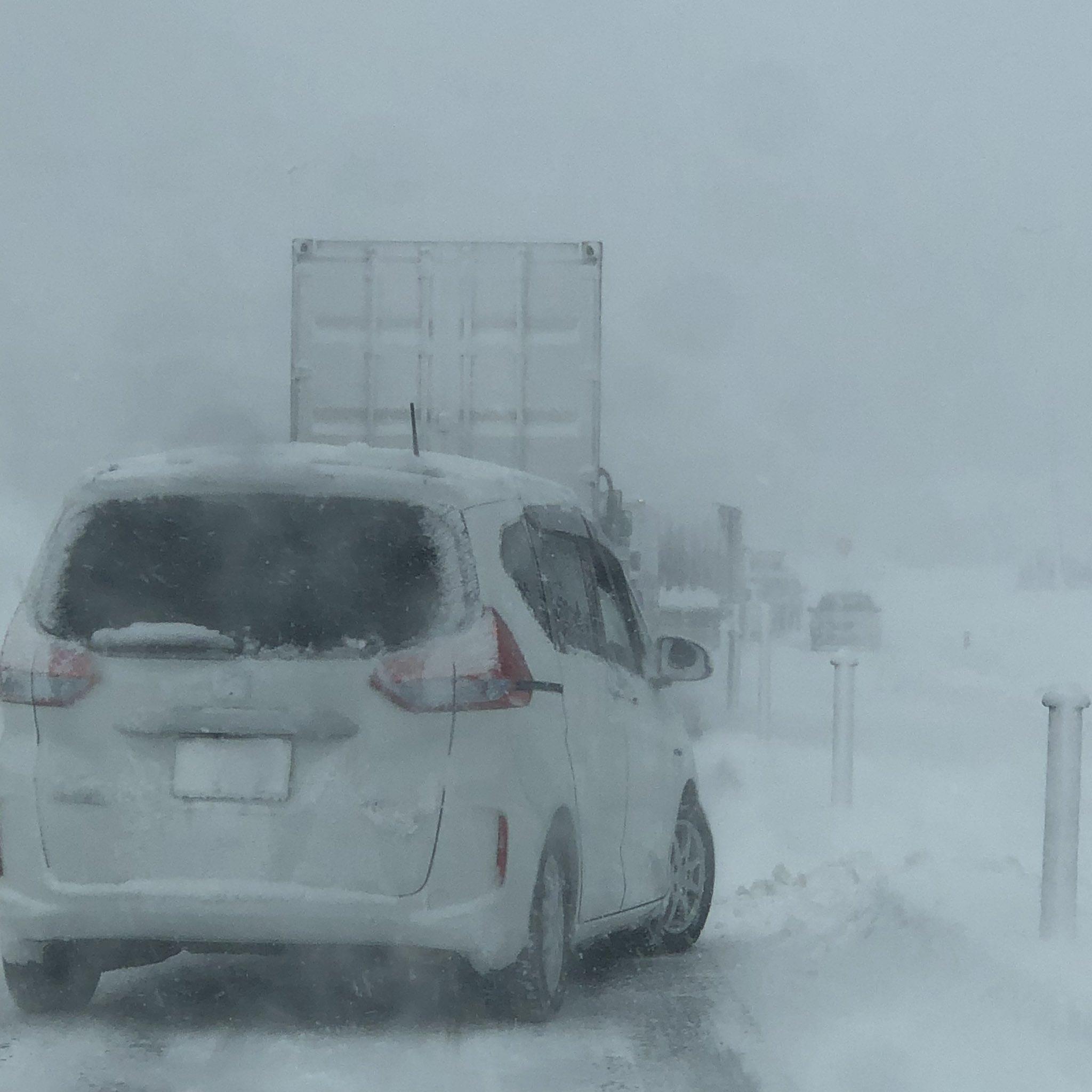 画像,東北中央道の栗子トンネル付近で事故のようです。30分以上動いていないですねぇ(´Д` )。#東北自動車道 https://t.co/RJaUcYCsqq…