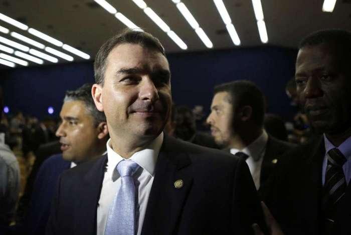 Flávio Bolsonaro foi funcionário-fantasma em Brasília enquanto estudava e estagiava no Rio  Veja mais:  https://t.co/nRzuTyw2lo
