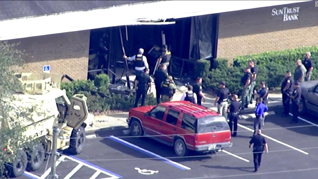 At least five people were killed in a shooting at a bank in Sebring, Florida, police say https://t.co/09zhbUm2i9 https://t.co/uEDVgtwhIZ