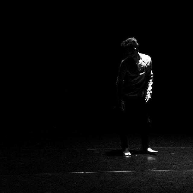 Entre ombre et lumière pour le danseur @wissam_mel du @cndcangers lors de l' #instameet des @igersanjou pour le #festivalsolo  #igersanjou #jaimelanjou #visitangers #cndcangers #jaimelafrance #dance #danse #dansecontemporaine #angers #angersmaville #bnw … http://bit.ly/2sJmme0