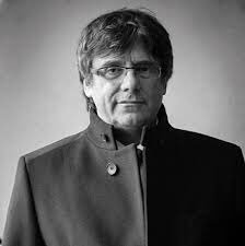 This man, Carles Puigdemont, has also a democratic mandate, but he is in exile and nine of his ministers are hostages of an authoritarian state. #FreeCatalanPoliticalPrisoners