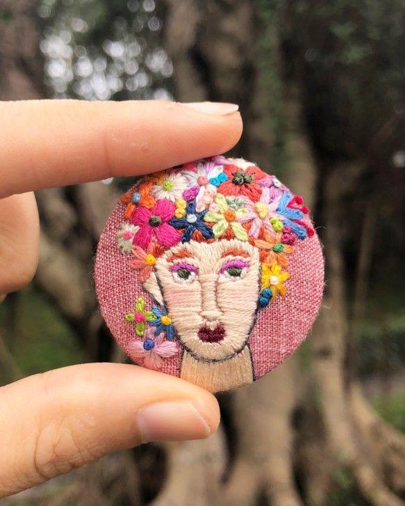 鮮やかな色の花と女性の手刺繍が施されたブローチ。 シンプルな服にこのブローチを合わせれば一気に華やかになること間違いなしです。 #Creema今日のおすすめ #Creema新作  >> https://t.co/UUCTq2b4CI https://t.co/EXHKwkiybJ