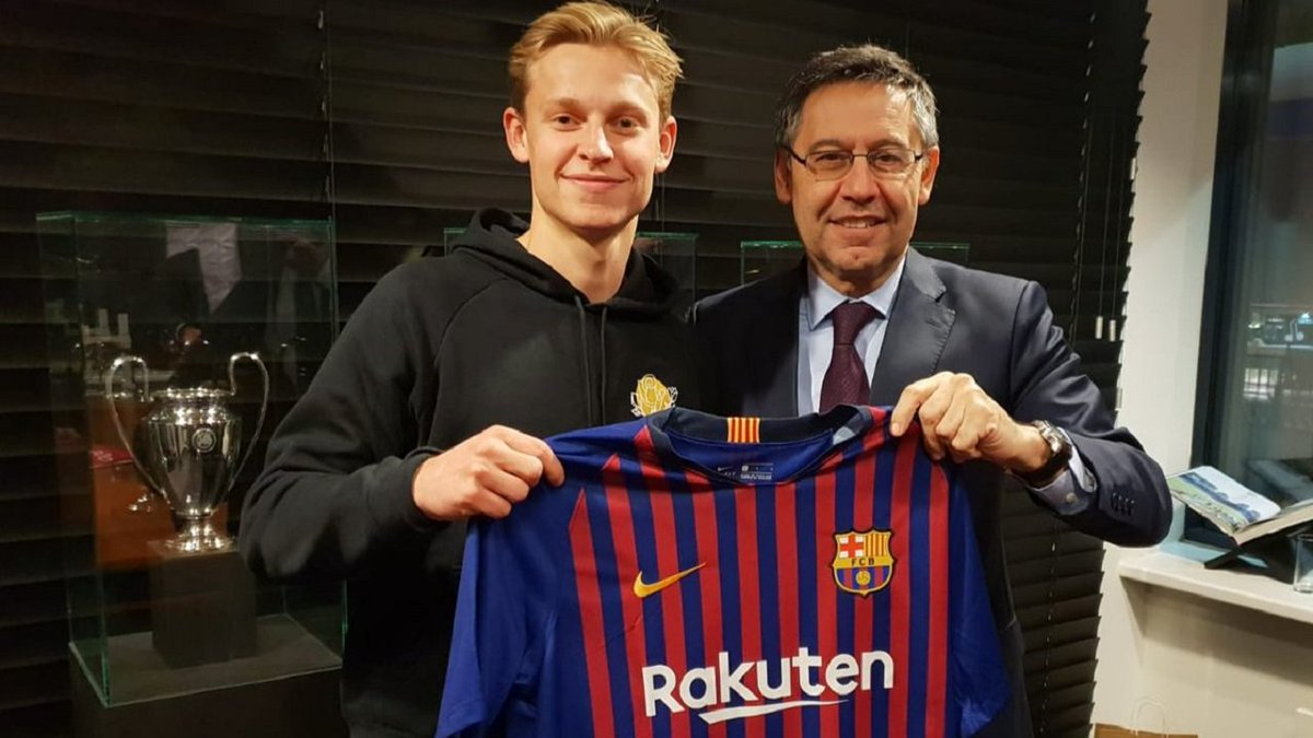 Done deal! 🖊 Frenkie De Jong signs for Barcelona in a €75 million transfer 💶 20th Dutch to play for Barca 🇳🇱  ⚽️ Best dribble success rate of all #Eredivisie (85% ✅) ⭐️ More passes attempted than any other (1277, 92% ✅)  Play now with him in FCS! ▶️ https://t.co/P2BmxRSbVg https://t.co/KirR88y7Cc
