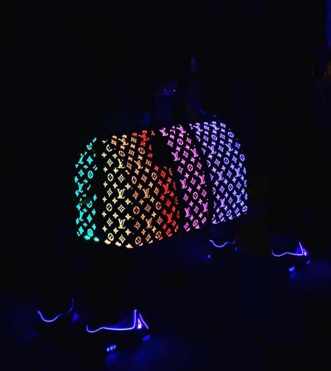 I can't stop thinking about the #LouisVuitton fiber optics keepall bag 🌈💡It lights up and changes colors 😭💯