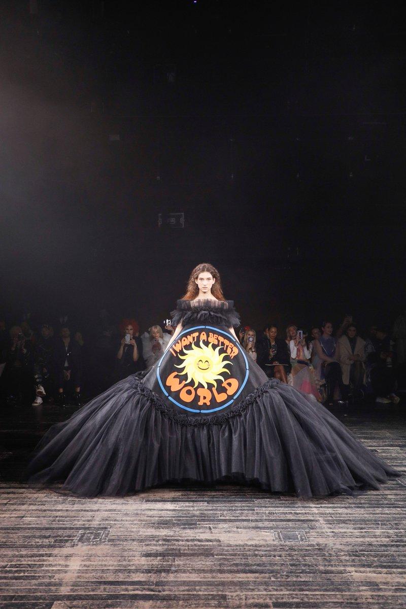 .@FundHanNefkens heeft op Paris Fashion Week een bijzondere jurk aangekocht van modehuis @Viktor_and_Rolf. De mecenas heeft zojuist bekend gemaakt dat hij het werk, genaamd 'I Want a Better World', schenkt aan Museum Boijmans Van Beuningen.
