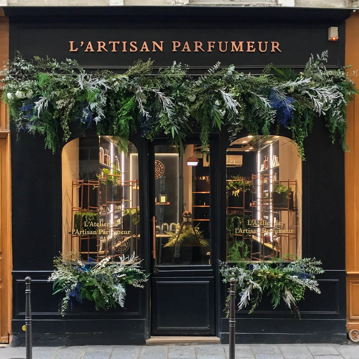 L'Artisan Parfumeur invites you to discover the wonders of nature inside its boutiques, and transport you into a world rich in French craftsmanship. #lartisanparfumeur https://t.co/OryAuuJZHF