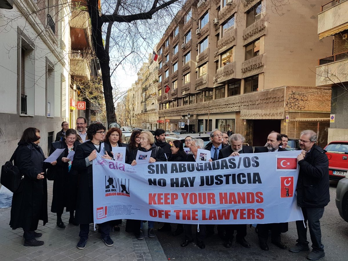 Presentes también ante la Embajada de Turquía en el día del #AbogadoAmenazado #AbogacíaComprometida