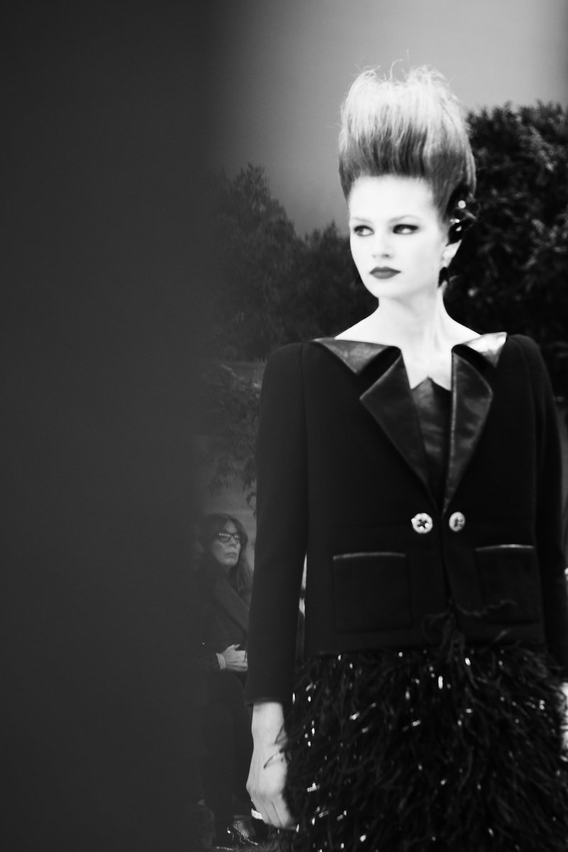 05d6cece6fb A look from the  CHANELHauteCouture collection presents a geometric jacket  with a folded leather collar