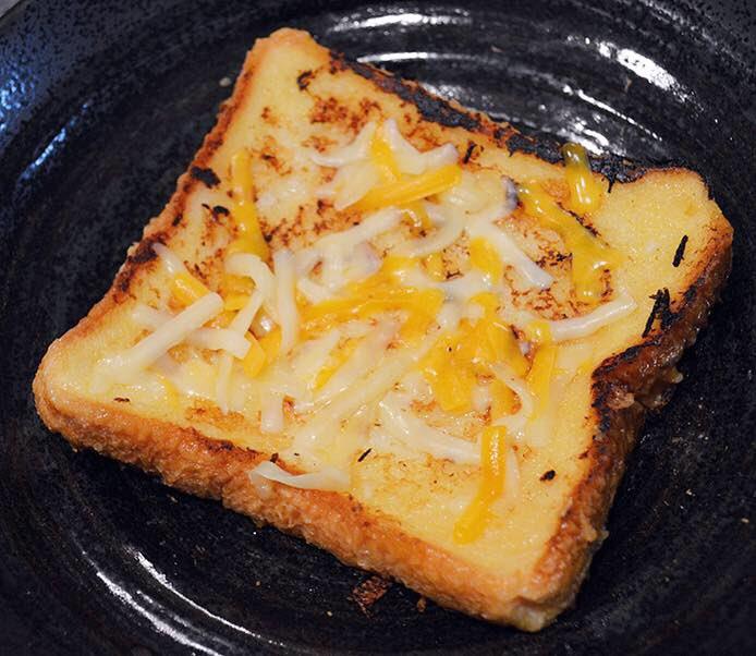 食パンにコーンスープを染み込ませて、フレンチトーストの要領でバターたっぷりのフライパンで焼いて、うまいことチーズを溶かすと幸せな食べ物ができるよ〜!