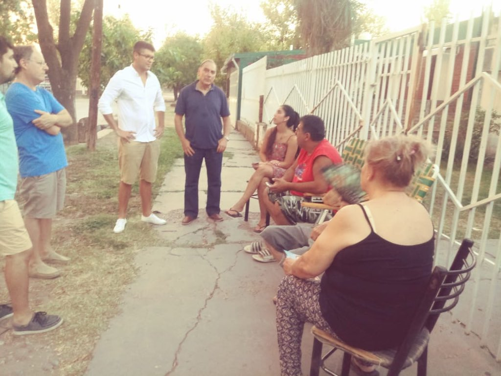 Recorrimos junto al Dr. @Abelfreidember1 el Barrio Policial, conversamos y escuchamos a los vecinos sobre las cosas que les preocupan y los invitamos a que conozcan nuestro trabajo y que compartamos las ideaspara que San Rafael vuelva a crecer. #VolvamosACrecer #EquipoCornejo https://t.co/trveFiaCGp