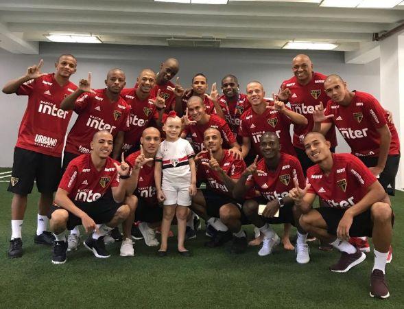 Antes da final da Copinha, elenco do São Paulo raspa cabelo em homenagem a torcedora com câncer  https://t.co/wUXThPcPhh