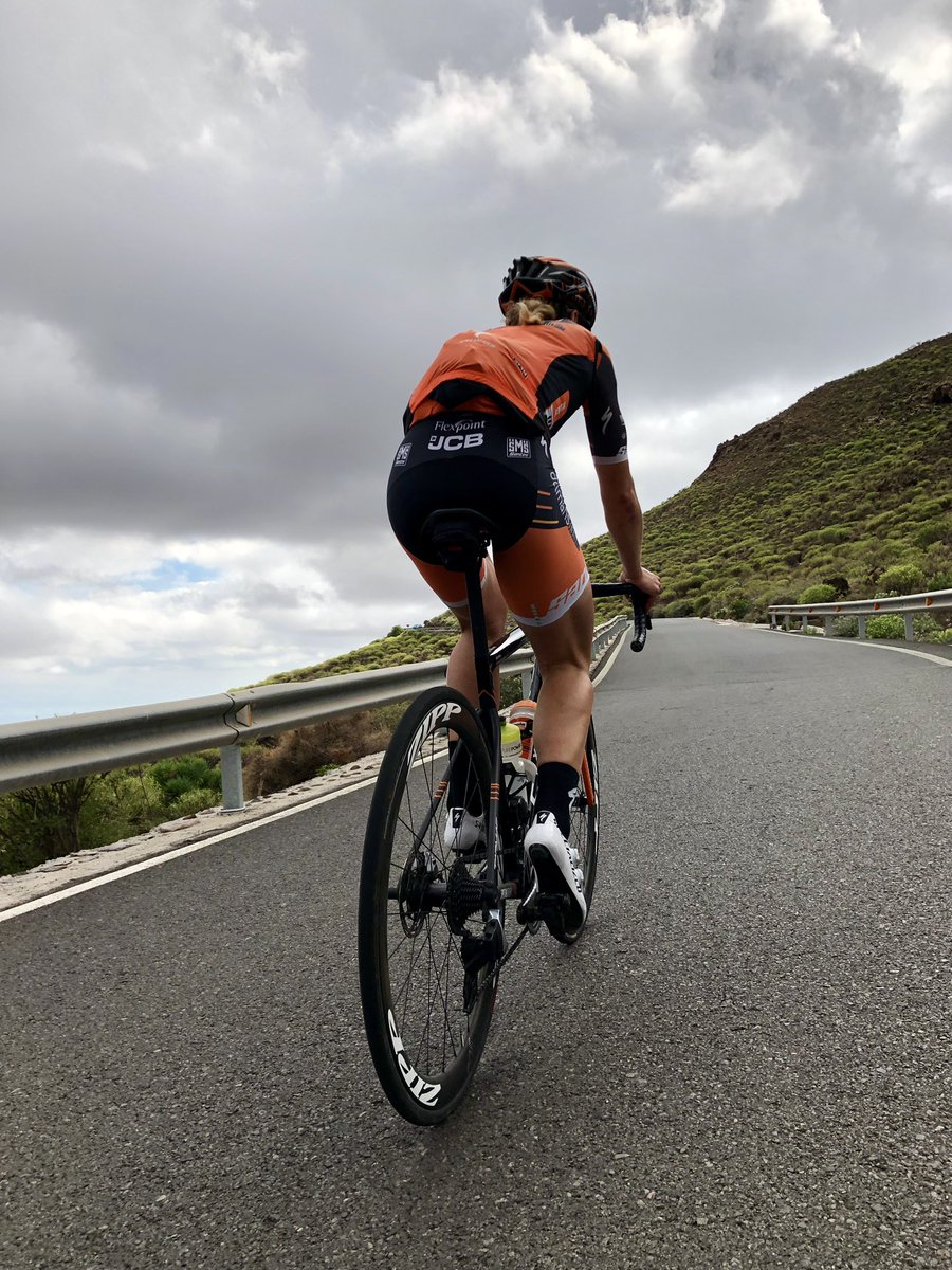 Grinding the last few miles out of this volcanic island 😅🙌  @iamspecialized @boelsdolmansct @ZippSpeed @SRAMroad @SANTINI_SMS