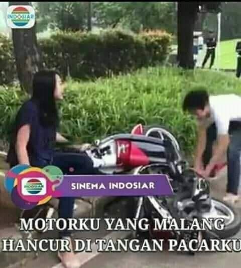 Meme pemuda yang merusak motor pacarnya saat ditilang polisi.