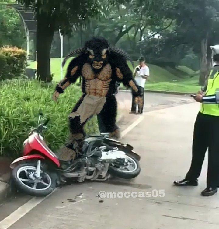 Meme monster menghancurkan motor yang ditilang