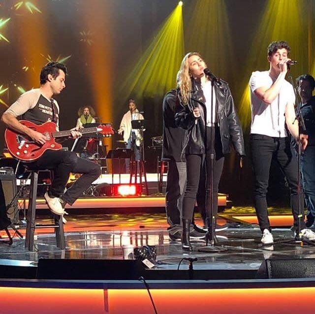 Miley Cyrus e Shawn Mendes aparecem juntinhos em ensaio para evento do Grammy Awards; confira registros