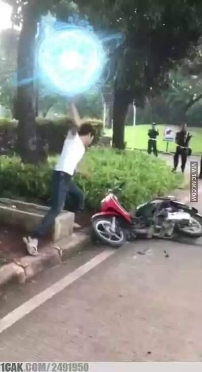 Meme pemuda yang hendak menghancurkan motor saat ditilang polisi