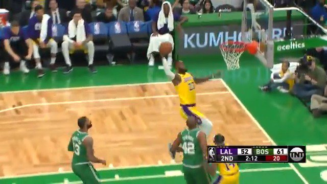Ingram up top for the LBJ throw-down! ��  Halftime at TD Garden: #LakeShow 57 #CUsRise 66  ��: @NBAonTNT https://t.co/gt3eOWtDxy