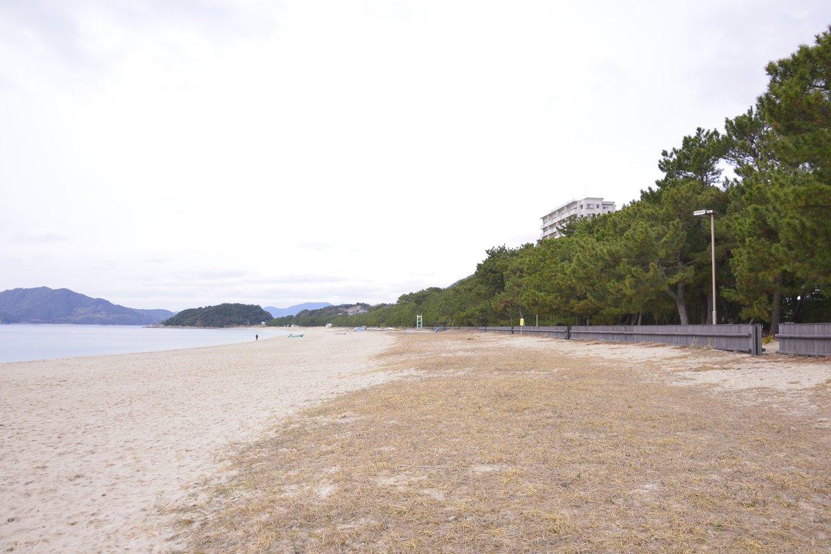 光市に行ってきました〜。撮影まで時間があったので虹ヶ浜を散策。ここは「渚百選」や「快水浴百選」「名松百選」などに選ばれている勝景地。 天気悪いし冬場なので誰もいなかったけど、まさに白砂青松、見事なもんだ。 https://t.co/vKm2nhTqzr