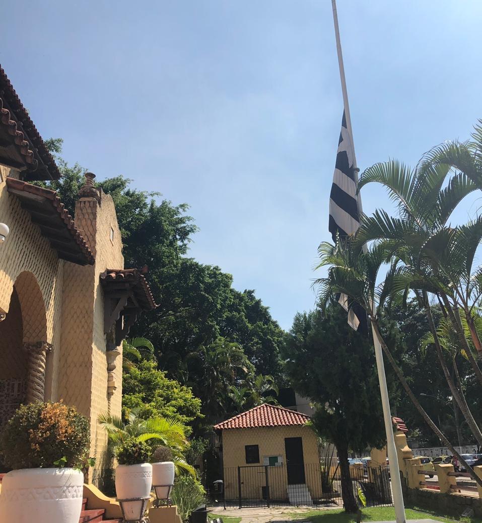 Bandeira do Botafogo a meio mastro em General Severiano. Clube decreta luto oficial em solidariedade ao Flamengo e respeito às vítimas da tragédia no CT do Ninho do Urubu.