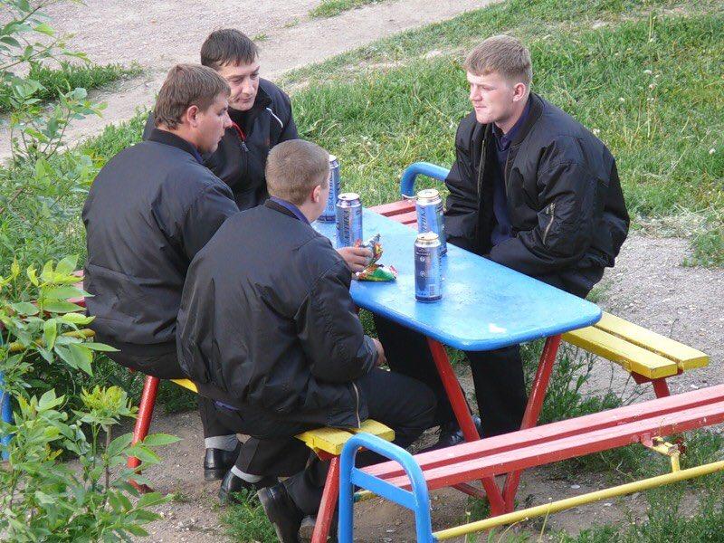 поговорим смешные фото молодежи во дворах популярность