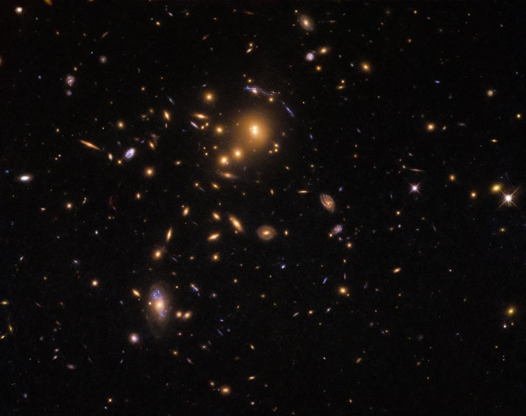 #HUbbleFriday Astronomers used the foreground galaxy cluster, SDSS J0915+3826, to study star formation in galaxies lying so far away that their light has taken up to 11.5 billion years to reach Earth:  https://t.co/bcQGBr5Tnf