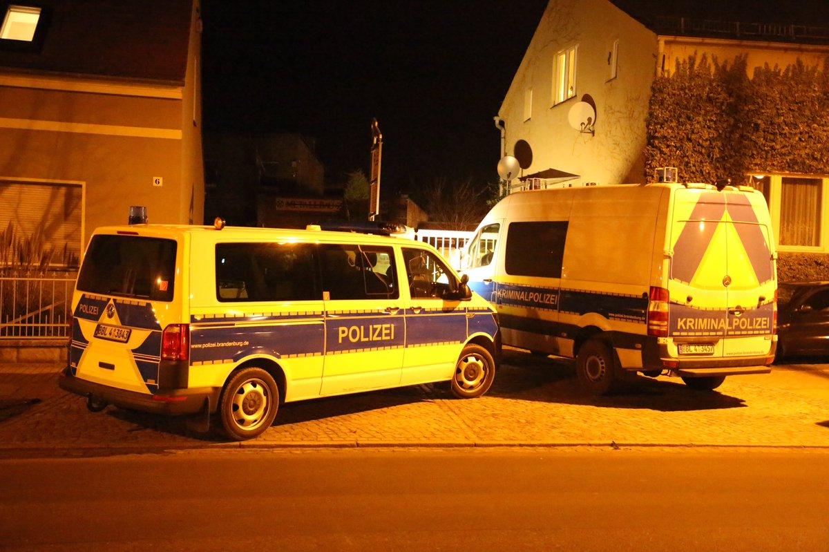 #Werder #PM - Mann auf Hinterhof erschossen, Täter konnte durch ein SEK festgenommen werden https://t.co/4ZdRxDYz4e