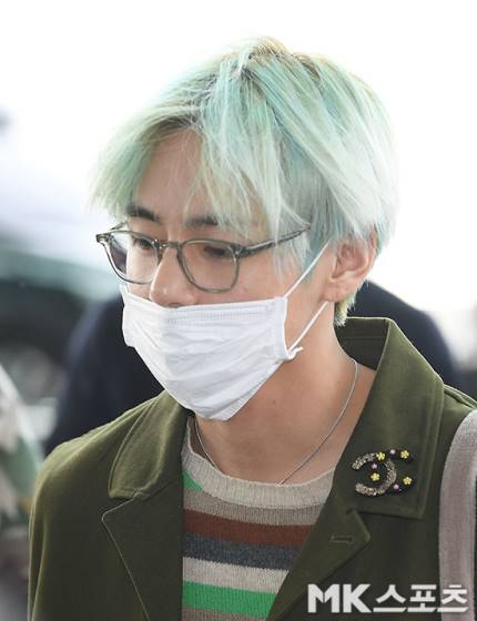 [190209]  taehyung my sweetie bubblegum at the airport���� on their way to GRAMMYs !!   #BTS #방탄소년단 @BTS_twt https://t.co/tLyhKlgpA6