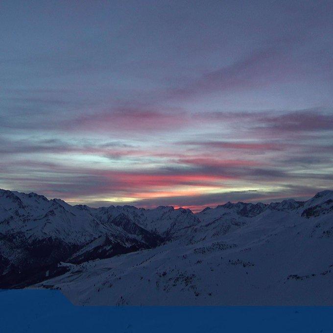 Buen día de #esqui el que tenemos por delante. Nubes altas pero con sol. Temperaturas agradables. Nieve algo dura,sobre todo por la mañana,precaución. Mañana más nubes que pueden dejar algunas precipitaciónes débiles a partir del mediodia. Cota 1800m en descenso por la tarde