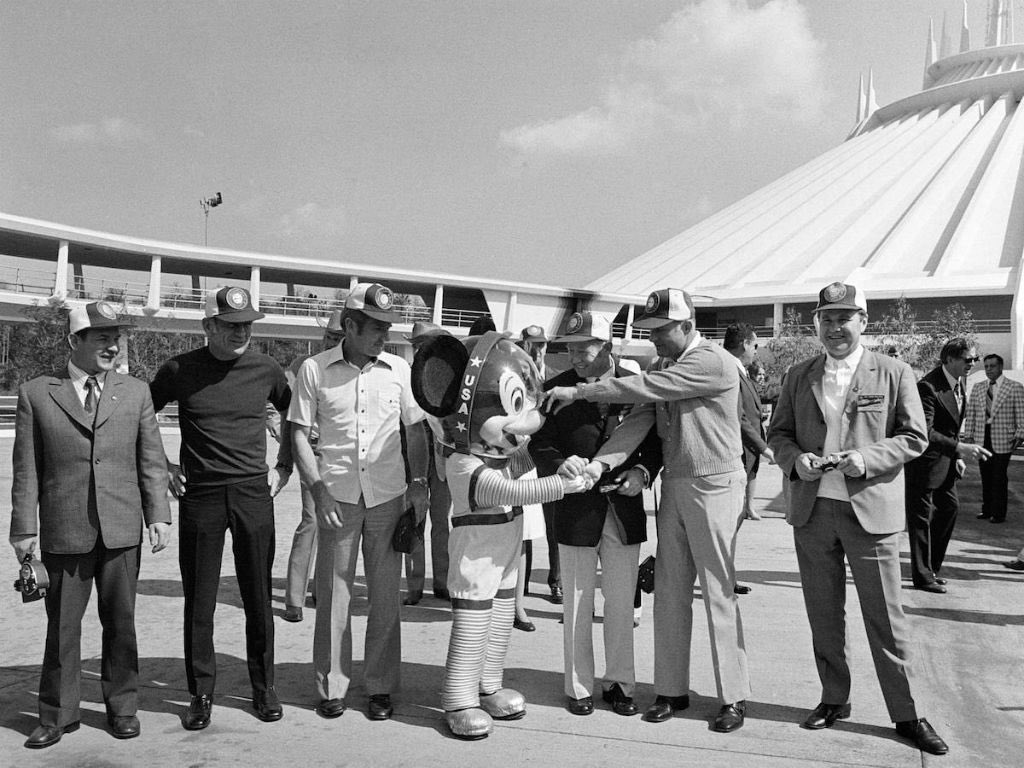 #OTD in 1975, the American astronaut and Soviet cosmonaut crewmembers of the upcoming Apollo-Soyuz Test Project visit the recently opened Space Mountain ride at Disneyworld. (NASA) <br>http://pic.twitter.com/BBhyYcK4mB
