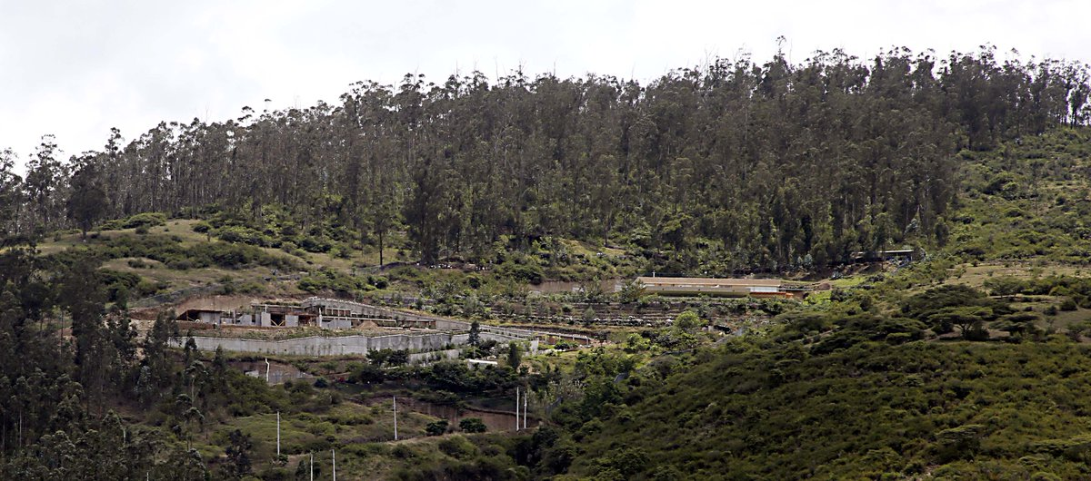 fotos actuales del cerro Ilalo en la zona de Cununyacu, fijarce en la calle junto a la quebrada y los cortes en la loma . #SalvemosAlIlalo @pedromal @skueffner @elSARayalaS @Ambiente_Ec @MunicipioQuito @anaelamejiap @CesarMontufar51 @VasconezNelson @juanpvieirav @Martinminguchi