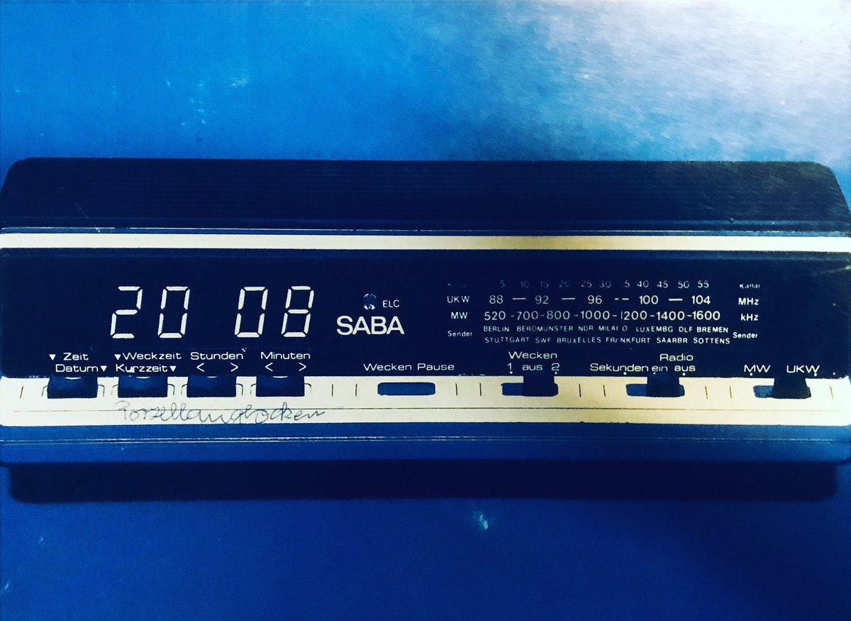 Vintage Verpackung eines Saba Radio Wecker mit Digital Anzeige. Das war seinerzeit sssererhhhhrrrr modern und ohne Brummen oder das klacken der Flipclocks #saba #radiowecker #vintageclock #digitalanzeige #digitalart #sabaverpackung #vintagepackaging #vintagewecker #vintagealarmpic.twitter.com/z3NHxIlHA4