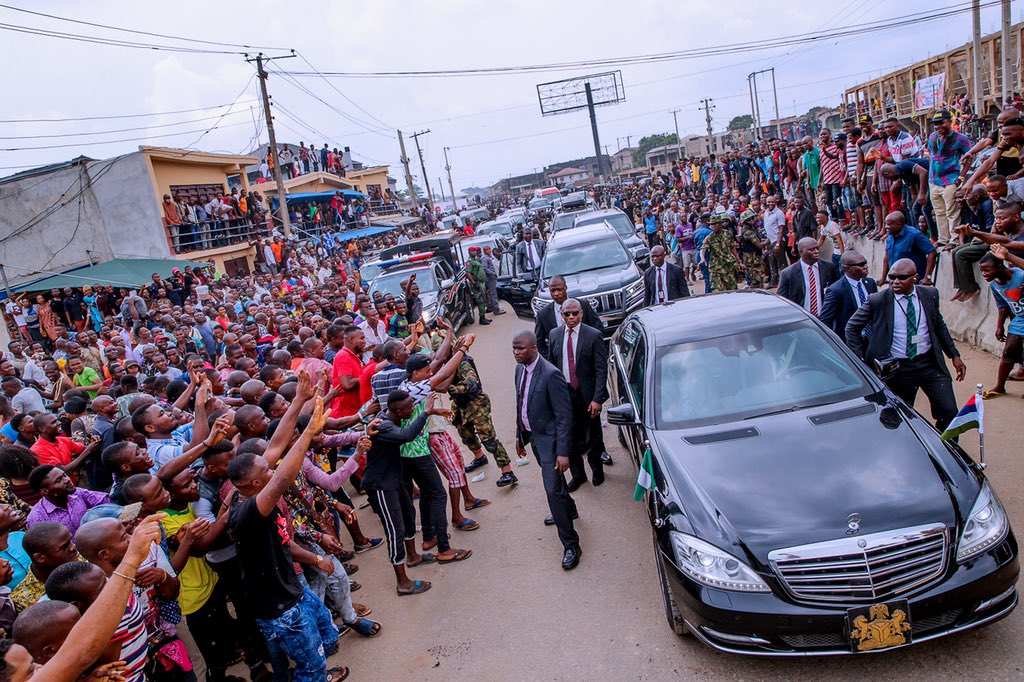 DyFRV2ZWkAA0CL5 - Aba Residents Ignored IPOB's Call To Stay At Home , Troupe Out In Mass To Receive Buhari (Pictures)