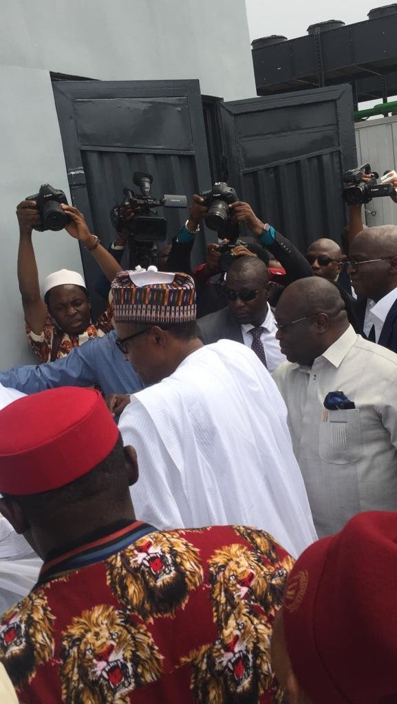 DyFkVXdVAAEr jV - Aba Residents Ignored IPOB's Call To Stay At Home , Troupe Out In Mass To Receive Buhari (Pictures)