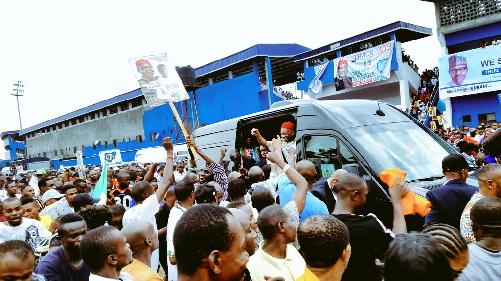 DyFm2kuVAAA13hQ - Aba Residents Ignored IPOB's Call To Stay At Home , Troupe Out In Mass To Receive Buhari (Pictures)