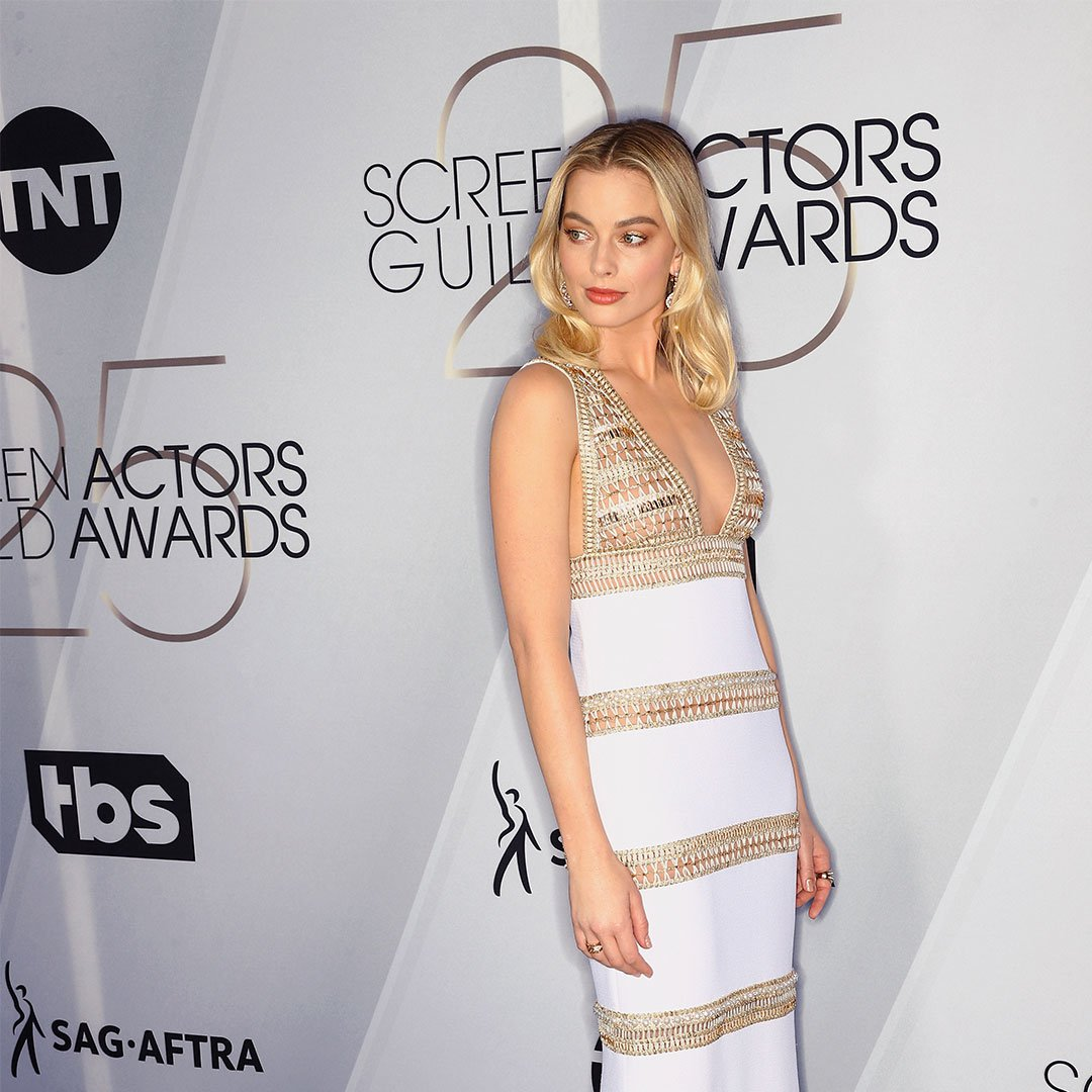 House ambassador Margot Robbie wore an embroidered white and gold silk crêpe dress from the Paris-New York 2018/19 #CHANELMetiersdArt collection at the #SAGAwards. More on http://chanel.com/-T-News_MDA18-19…