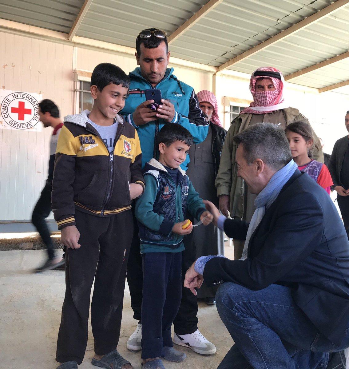أطفال لاجئون يروون قصص مفعمة بالأمل في مكتب البحث عن المفقودين التابع للجنة الدولية للصليب الأحمر في مخيم الأزرق للاجئين في #الأردن. أكثر من 15,000 مكالمة هاتفية تم اجراؤها مع أحبائهم في الخارج في 2018.