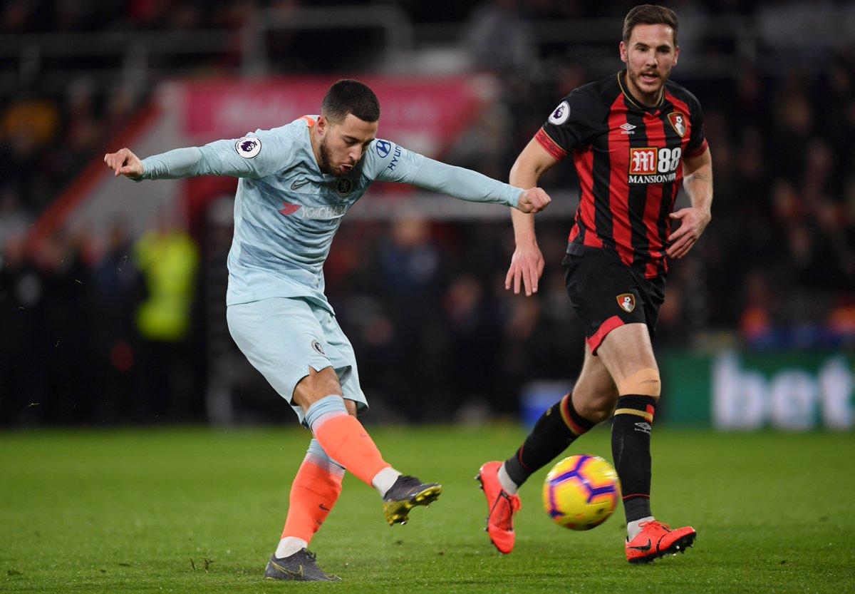 Gelandang Chelsea Eden Hazard melepaskan tembakan.