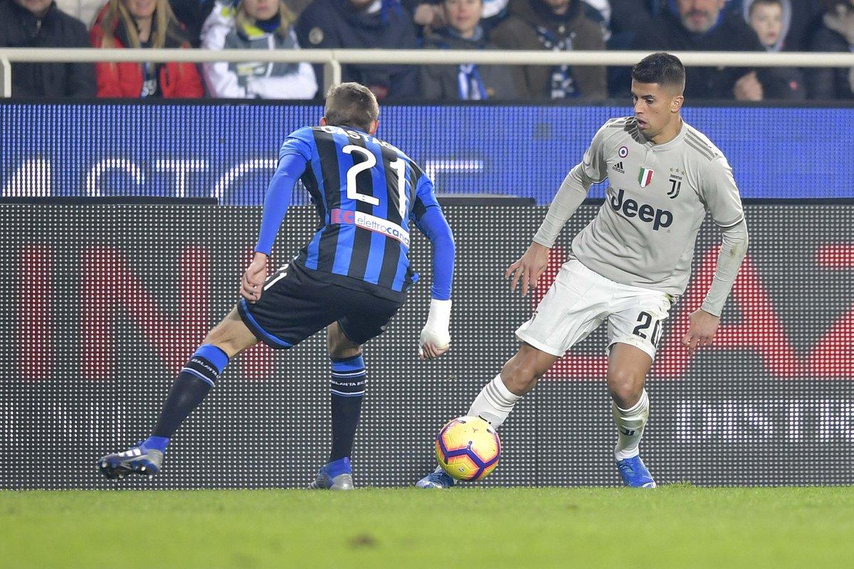 Bek Juventus Joao Cancelo menguasai bola.