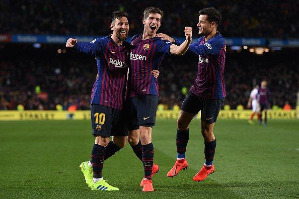 Sergio Roberto merayakan gol bersama Lionel Messi dan Coutinho.