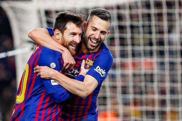 Lionel Messi mendapat pelukan hangat dari rekannya usai mebobol gawang Sevilla di penghujung laga.