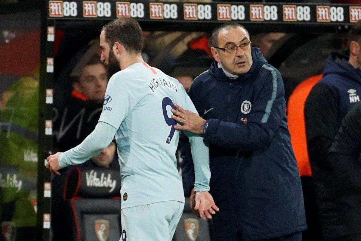 #BOUCHE: Higuain subbed   Chelsea fans: You don't know what you're doing Sari  Sari: If e no score the goal wetin Higuain?