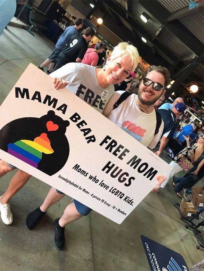 "Ofrecen ""abrazos de madre"" a asistentes a las marchas del orgullo rechazados por sus familias 🌈🌈🌈  https://t.co/qer9zzlx10 https://t.co/Ga7VQm0FGf"