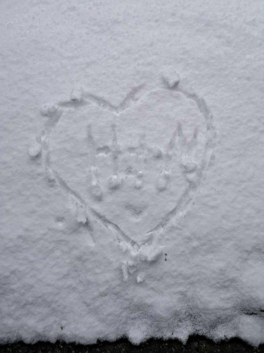 Mi amor mostrandome un dia mas de nieve y mucho frio.. Hoy dibujó un corazón con nuestras iniciales.... #HEIKO #ICHLIEBEDICH #ICHVERMISSEDICH  #MEINLIEBE  💕🇩🇪💏🌍❄⛄