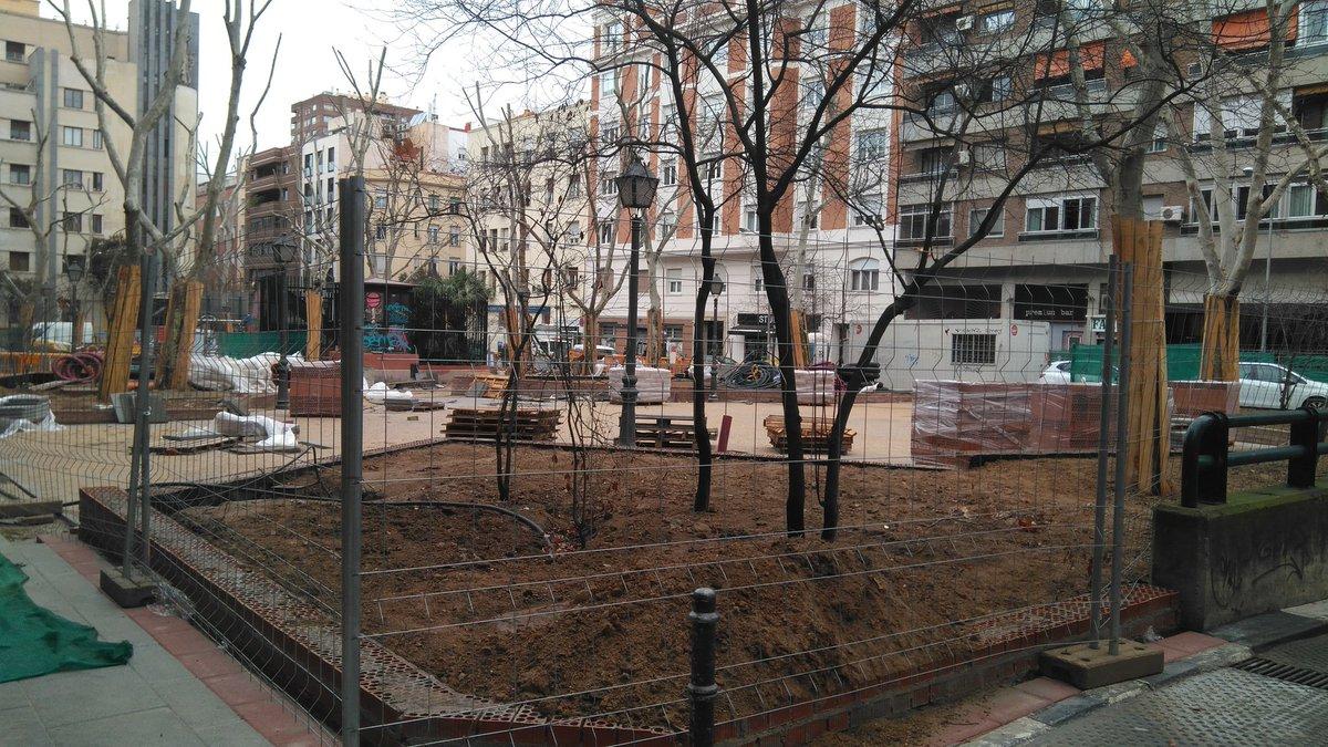 Mientras tanto en otra de las obras #épicas en #Chamberí con tres casetas de #obras y baños y más de 200 metros adelante aparcamiento ocupado con vallas, siguen trabajando dos personas a ratos... Hoy les hemos pillado en el baño parece. #Madrid