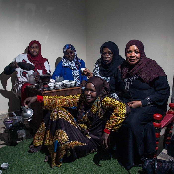 """يسعى المهاجرون إلى إيجاد معنى للوطن في مجتمعاتهم الجديدة، قد يكون ذلك عبر مطعم يقدم وجبات بلادهم، أو ارتداء ملابسهم التقليدية، أو ممارسة الغناء، أو مجرد التجمع  لتبادل الحديث بلغتهم. الوطن في اللمة...مقال مصور في مجلة """"الإنساني"""" https://blogs.icrc.org/alinsani/2019/01/24/2562/…  #السودان #العراق #سورية"""